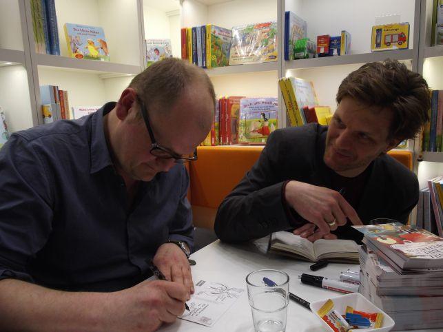 Bob Konrad (re) und Artur Bodenstein (li) signieren meinen persönlichen Miesmusch (Foto (c) Sabine Hoß)