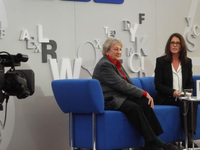 Ingrid Noll im Interview auf dem blauen Sofa (Foto (c) Sabine Hoß)